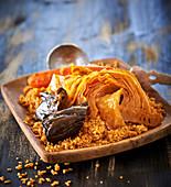 Pikanter Reis auf afrikanische Art, mit Kohl, Auberginen und Karotten