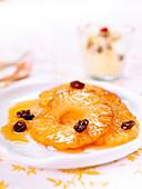 Karamellisierte Ananas mit Orange und Rosinen