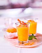 Geeistes Süppchen mit Pfirsich und Aprikose, orientalisch