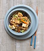 Gebratene Nudeln Chow Mein mit Tofu