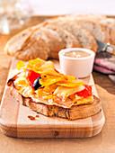 Belegtes Brot mit Stockfischragout und Gemüse