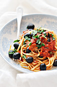 Linguini alla puttanesca (mit Tomaten, Kapern und Oliven)