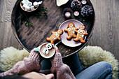 Heiße Schokolade mit Marshmallow-Schneemann und Lebkuchenmänner zu Weihnachten