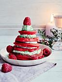 Tannenbäumchen aus Himbeer-Pancakes mit Cremefüllung zu Weihnachten