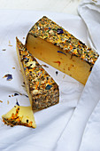 Tomme-Käse mit Blüten