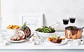 Putenrollbraten und Rindfleischeintopf mit Beilagen zu Weihnachten