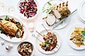 Weihnachtliches Buffet mit verschiedenen Fleischgerichten