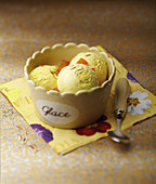 Weisses Schokoladeneis mit Safran und getrockneten Aprikosen