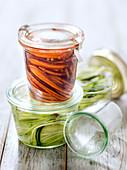 Gemüsespaghetti nach Art Pickles in Weckgläsern