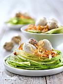 Nestchen aus Gurkenspaghetti mit Wachtelei und frittierten Zwiebeln