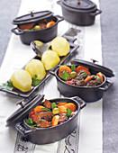 Daube provençale (Geschmortes Rindfleisch mit Karotten, Provence) im Schmortopf