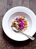 Vanillecreme mit Haselnusseis, Spekulatiusstreusel, Apfelgelee, Borretsch und Rosenblättern