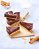 Gâteau royal au chocolat (Schoko-Biskuit-Kuchen), laktosefrei und ohne Butter, angeschnitten