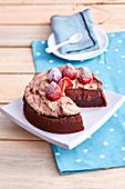 Schokoladenkuchen mit Baiserhaube und frischen Erdbeeren mit Puderzucker