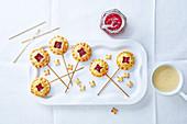 Plätzchen-Lolli mit Erdbeermarmelade