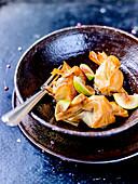 Filoteig-Bonbon mit Jakobsmuschelfüllung, Feigen und schwarzen Trauben