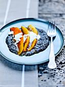 Süssspeise mit karamellisierten Mangoscheiben, Chiasamen und Sauermilch