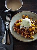 Waffel mit Apfel und Salzbutterkaramell mit Vanilleeis