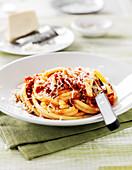 Bucatini all Amatriciana (Nudeln mit Pancetta, Tomaten und Chilisauce, Italien)