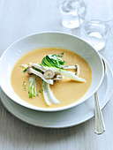 Kürbissuppe mit rotem Curry, Bok Choy und eingelegten Pilzen