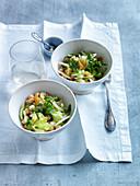 Salat mit Kichererbsen, Staudensellerie und Rosinen