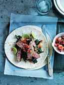 Bavette-Steakstreifen mit Grünkohl und mexikanischer Salsa Pico de Gallo