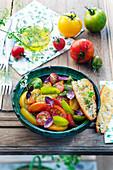 Salat aus alten Tomatensorten mit lila Basilikum und Röstbrot mit Olivenöl