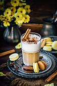 Gewürz-Latte Macchiato mit Macarons