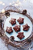 Sternkekse mit Schokoladenglasur und Goldblatt zu Weihnachten
