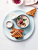 Champignoncremesuppe dazu gegrillte Schinken-Käse-Sandwiches