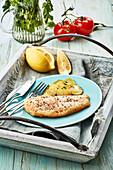 Paniertes Forellenfilet serviert mit Bratkartoffeln