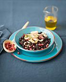 Schwarzer Reis mit Tintenfisch und Granatapfelkernen