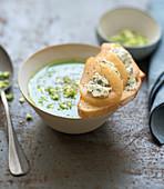 Broccolisuppe dazu Brot mit Birne und Blauschimmelkäse