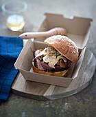 Burger mit Rinderfilet, Feigenmarmelade und Foie Gras