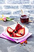 Pochierte Rotweinbirnen mit Beeren und Orangenzesten