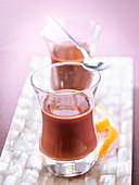 Schokoladenpudding mit Orange serviert in Gläsern