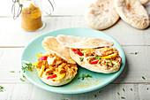 Pitabrot mit Curry-Thunfisch, Radieschen und gelben Zucchini