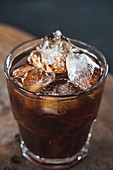 Cold Brew im Glas serviert mit Eiswürfeln