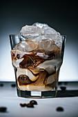 Cold Brew mit Milch und Eiswürfeln serviert im Glas