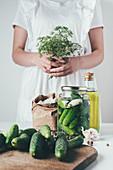 Frau beim Zubereiten von eingelegten Gurken