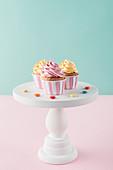 Cupcakes mit Buttercreme auf Gebäckständer