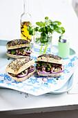 Sandwich mit Oktopus, Pesto und roter Zwiebel