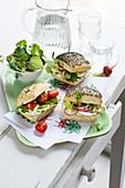 Sandwich mit Radieschen, Gurke, Rucola, Brunnenkresse und Frischkäse