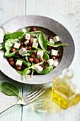 Salat mit Spinat, Feta und gerösteten Kichererbsen
