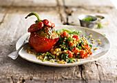 Gefüllte Paprikaschote dazu Weizen mit Spinat und Kirschtomaten