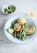 Überbackene Apfelscheiben mit Ziegenkäse auf Bohnensalat