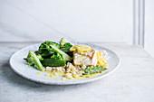 Fischfilet mit Zitronensauce dazu Broccoli und Zuckerschoten