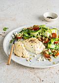 Ricotta-Souffle dazu Weizensalat mit Zucchini und Kirschtomaten