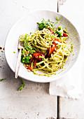 Linguini mit Paprika und Broccoli-Pesto