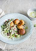 Falafel mit und Granatapfel-Grieß und weißer Soße